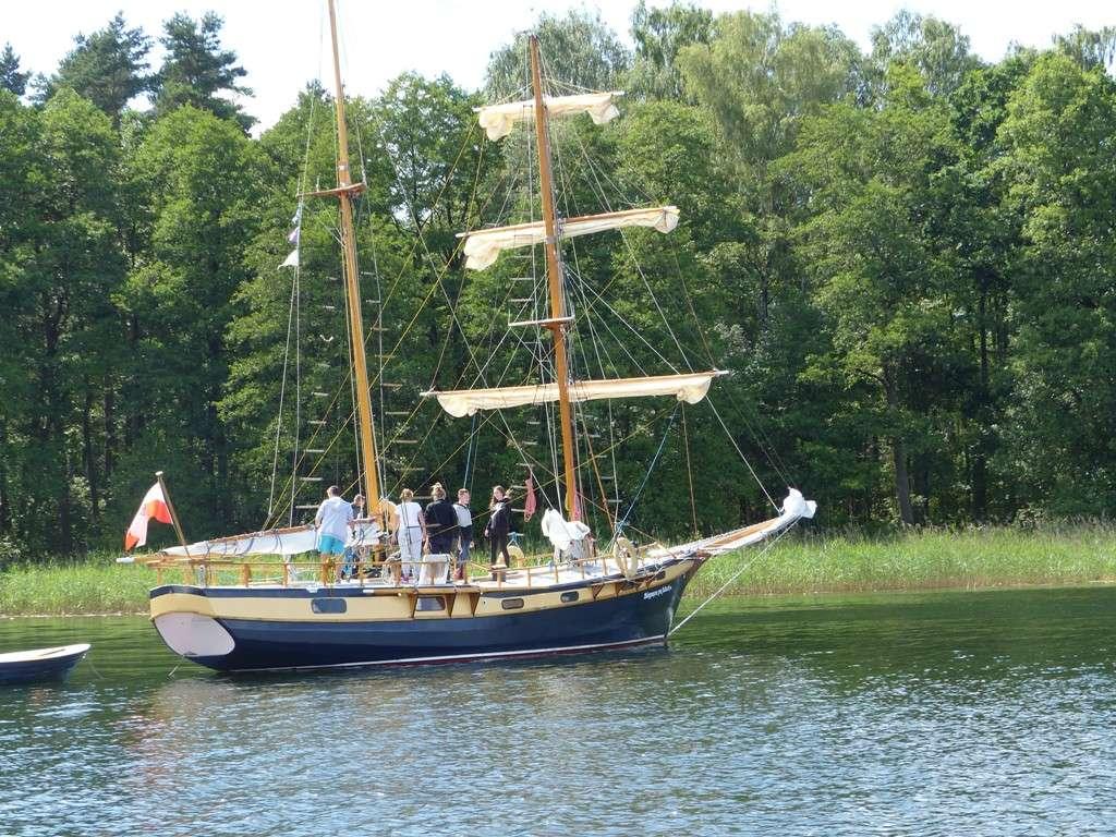 """Brygantyna """"Biegnąca po falach"""" - jeden z największych, a z pewnością najbardziej malowniczy jacht na Mazurach. Pamiętam go sprzed ponad 30 lat. Obecnie jest własnością Yacht Klubu Polskiego w Lublinie - full image"""