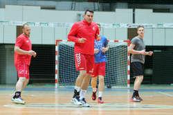 Oficjalny debiut grającego trenera Daniela Żółtaka (w środku) okazał się nieudany