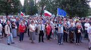 """Manifestacja przed elbląskim sądem. """"Mordują demokrację"""" [zdjęcia]"""
