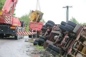 40-tonowa przyczepa całkowicie blokowała drogę pod Olsztynem [ZDJĘCIA, FILM]