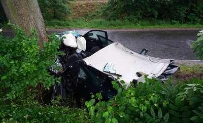 21-letni kierowca volkswagena uderzył w drzewo. Młody mężczyzna zginął na miejscu