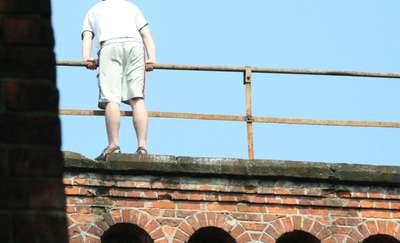 Był o krok od skoczenia z mostu. W ostatniej chwili złapał go policjant