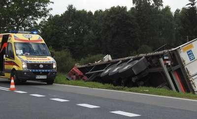 Kierowca ciężarówki uciekł na łąkę, by uniknąć kolizji