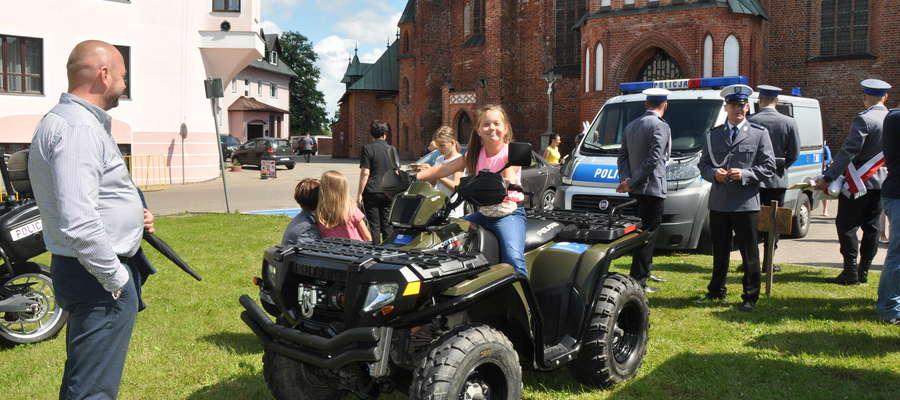 Po części oficjalnej policjanci zaprosili wszystkich na plac przed braniewską bazyliką, gdzie zorganizowano festyn dla wszystkich mieszkańców
