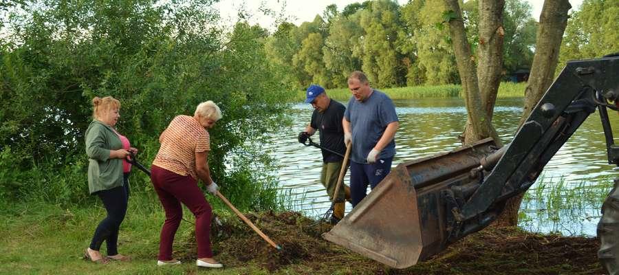 Sprzątanie brzegu jeziora w Wieliczkach