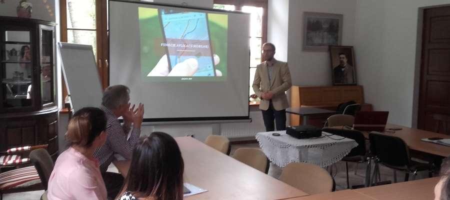 """W Chojnowie specjalista ds. aplikacji mobilnych przedstawiał gościom projekt turystycznej aplikacji mobilnej """"Panorama Pn. Mazowsza"""""""