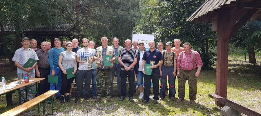 Po zakończeniu Zawodów Wędkarskich o Puchar Starosty Powiatu Żuromińskiego 2017 wszyscy z uśmiechami na twarzy pozowali do pamiątkowej fotografii