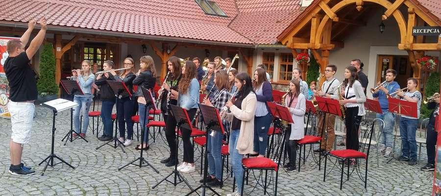 Podczas koncertu w ośrodku wypoczynkowym w Ostaszewie