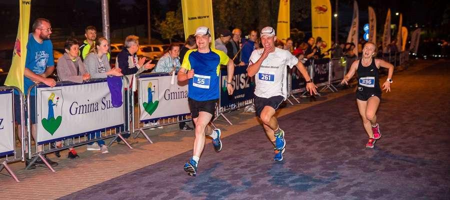 Radość i entuzjazm — to najważniejsze, co nam daje bieganie. Kolejni uczestnicy Night Run Susz 2017 wbiegają na metę
