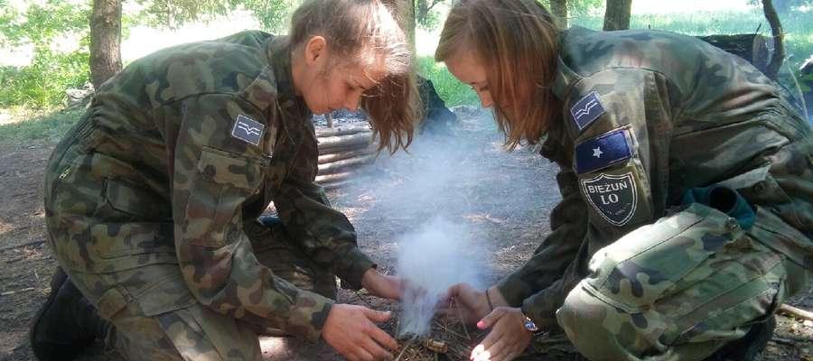Dziewczęta świetnie radziły sobie podczas zajęć z survivalu.