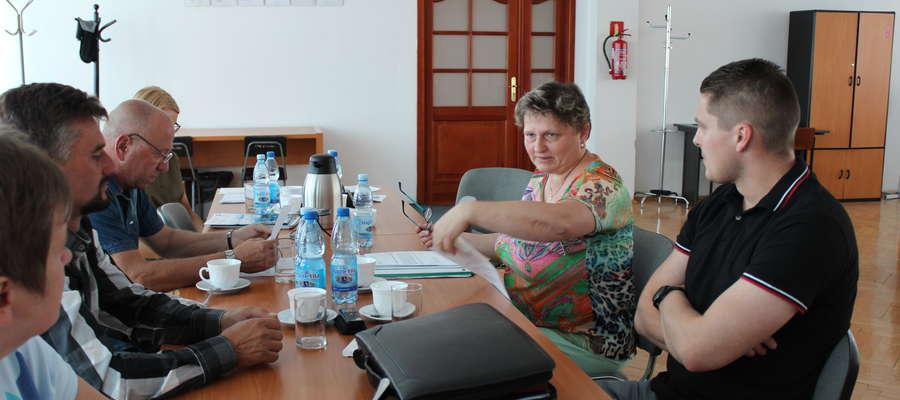 Kierownik Bożena Fijałkowska zapoznała radnych z obszerną dokumentacją.