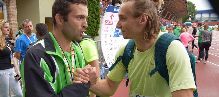 Trener Jakub Ogonowski (z lewej) gratuluje Karolowi Zalewskiemu dobrego startu w Białymstoku