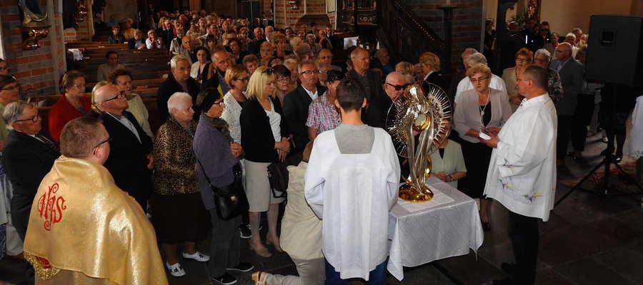 Wierni adorują monstrancję w nowomiejskiej bazylice kolegiackiej — nabożeństwo dla chorych