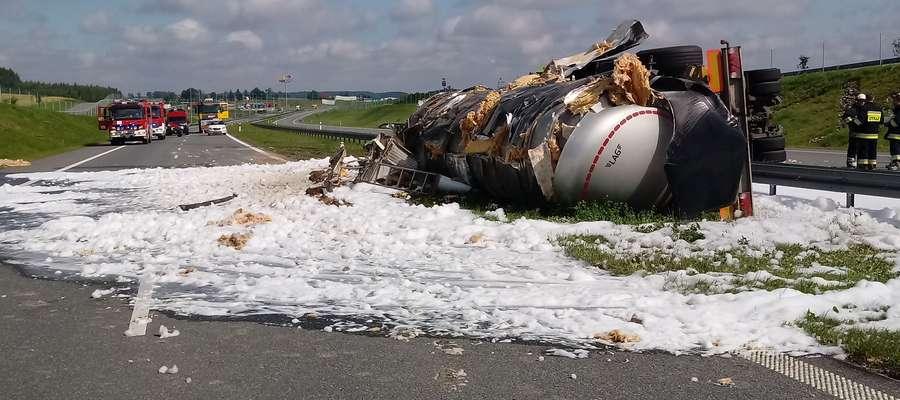 W okolicach Sopli przewróciła się cysterna z ciekłym asfaltem