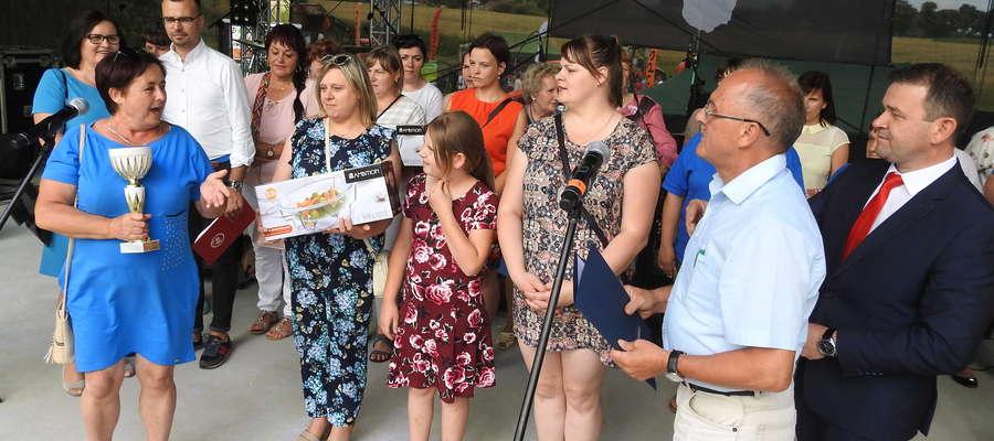 Przedstawicielki KGW z Rywałdzika odbierają nagrodę za konkurs kulinarny