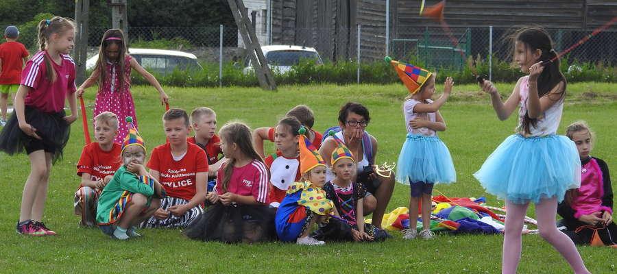 Uczestnicy letniego festynu w Tylicach