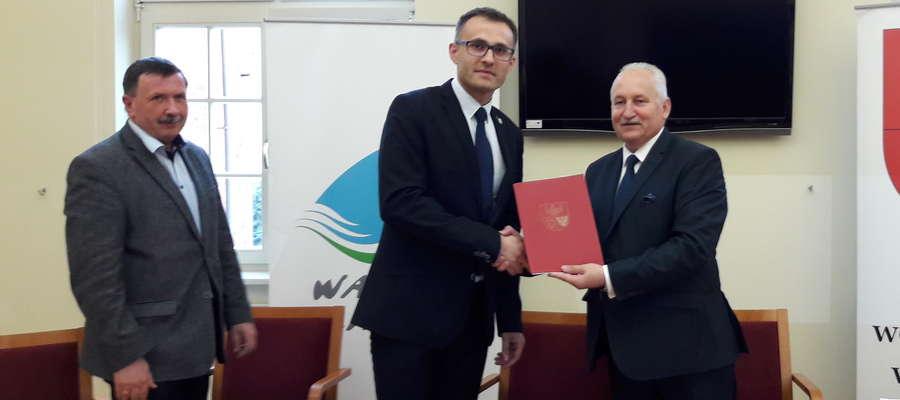 Skarbnik Władysław Litwinowicz, zastępca burmistrza Damian Nietrzeba oraz marszałem Gustaw Marek Brzezin podczas podpisywania umowy na dofinansowanie projektu zagospodarowania Górki Poznańskiej.