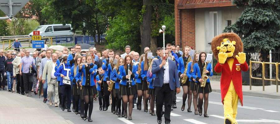 Wczorajszy pochód z rynku na stadion poprowadził nowomiejski lew - symbol Nowego Miasta Lubawskiego w towarzystwie orkiestry dętej z MCK.