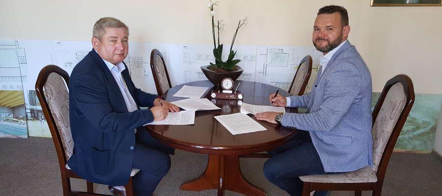 Umowę na wykonanie prac przy szpitalu podpisali starosta lidzbarski Jan Harhaj i Piotr Głodowski z Budokopu