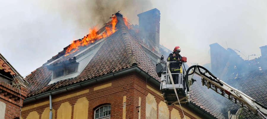W budynku po dawnej jednostce wojskowej przy ul. Szewczenki z ogniem walczyło aż 17 zastępów straży pożarnej
