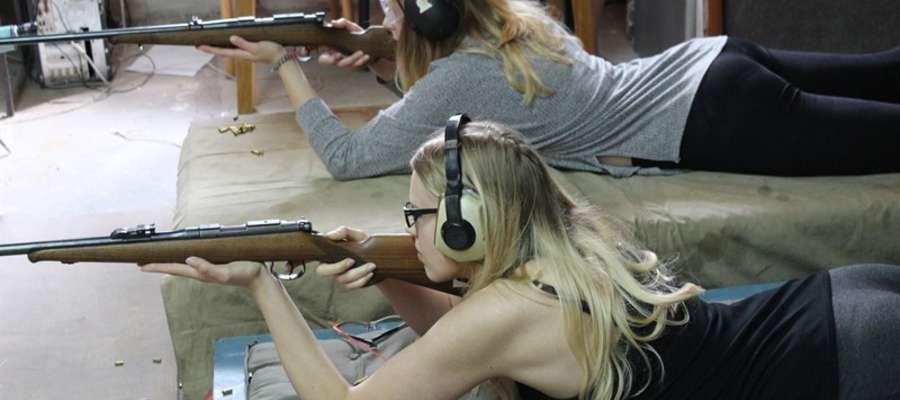 Drużynowy pojedynek strzelecki wygrały zawodniczki z Lidzbarka Warmińskiego: Oliwia Godlewska (u góry) i Klaudia Rzygalińska