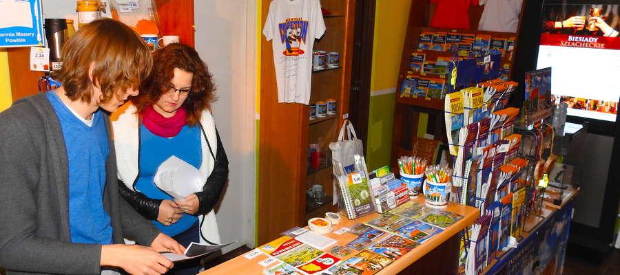 Agnieszka Zielińska i Edward Klimek obsługują gości w Centrum Informacji Turystycznej w Nowym Mieście