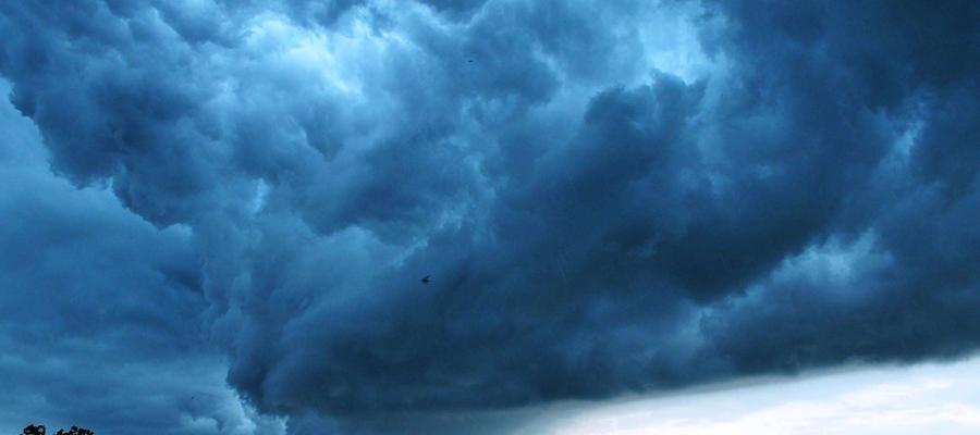 Burzowa chmura nad Bartoszycami.