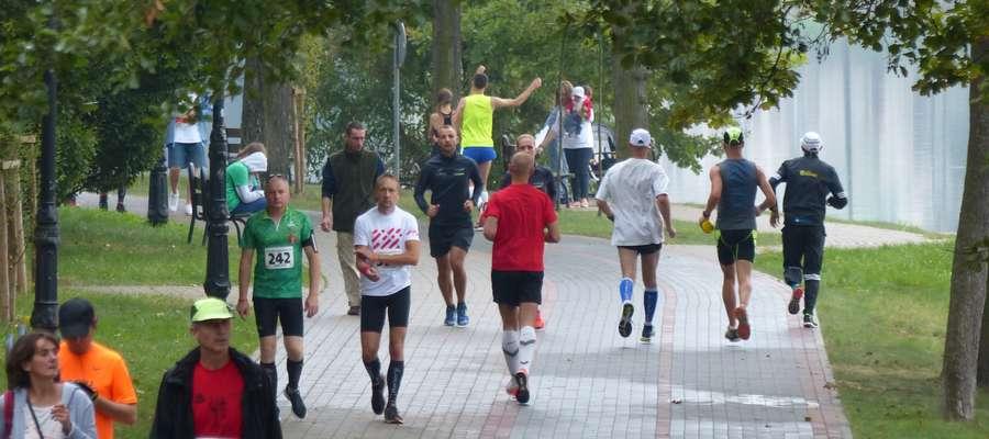 Rozgrzewka biegaczy, tu akurat przed Iławskim Półmaratonem 2016