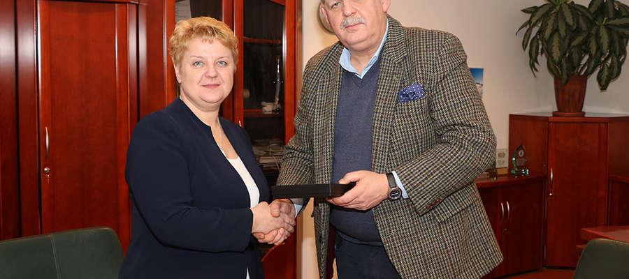 Podpisanie umowy miedzy Grzegorzem Kierozalskim, dyrektora  ANR O/T w Olsztynie i Ireną Wołosiuk, burmistrz Sępopola