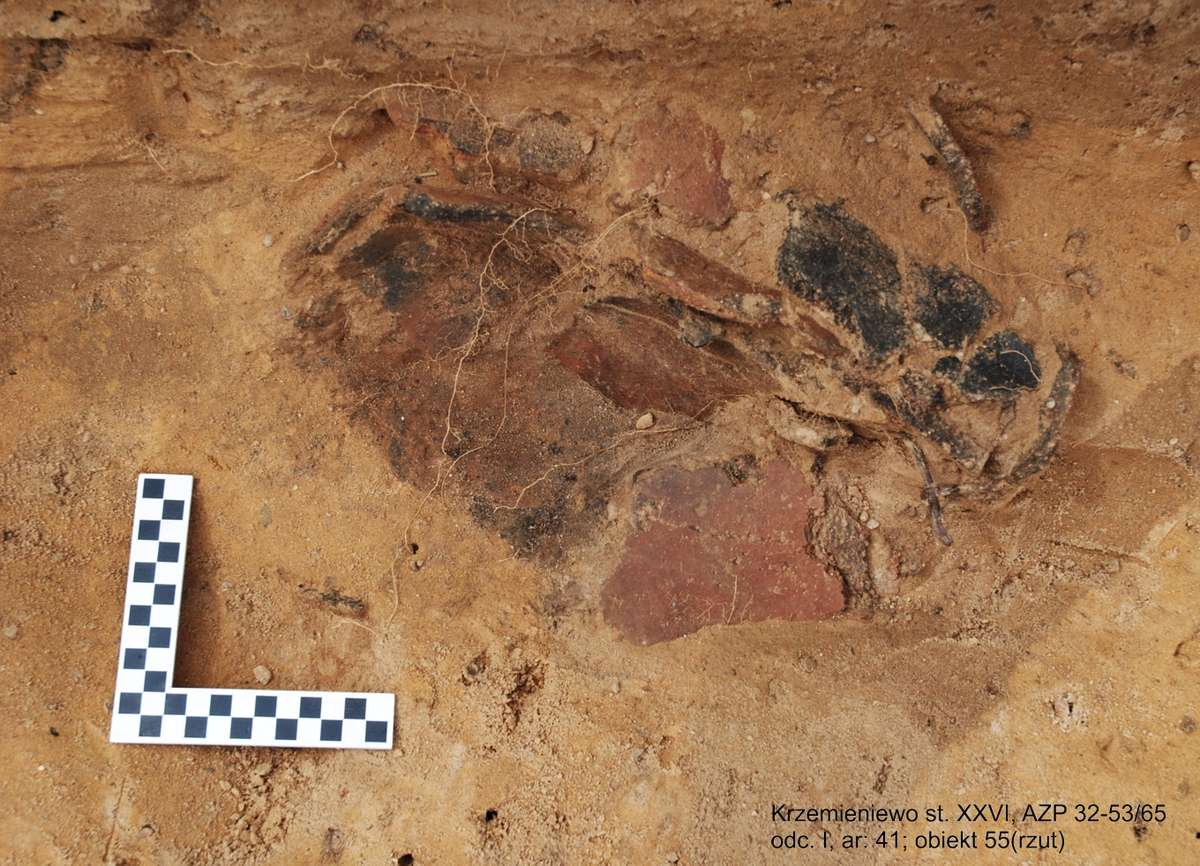 Naczynie pochodzi z okresu kultury łużyckiej z X-VIII r. p.n.e.