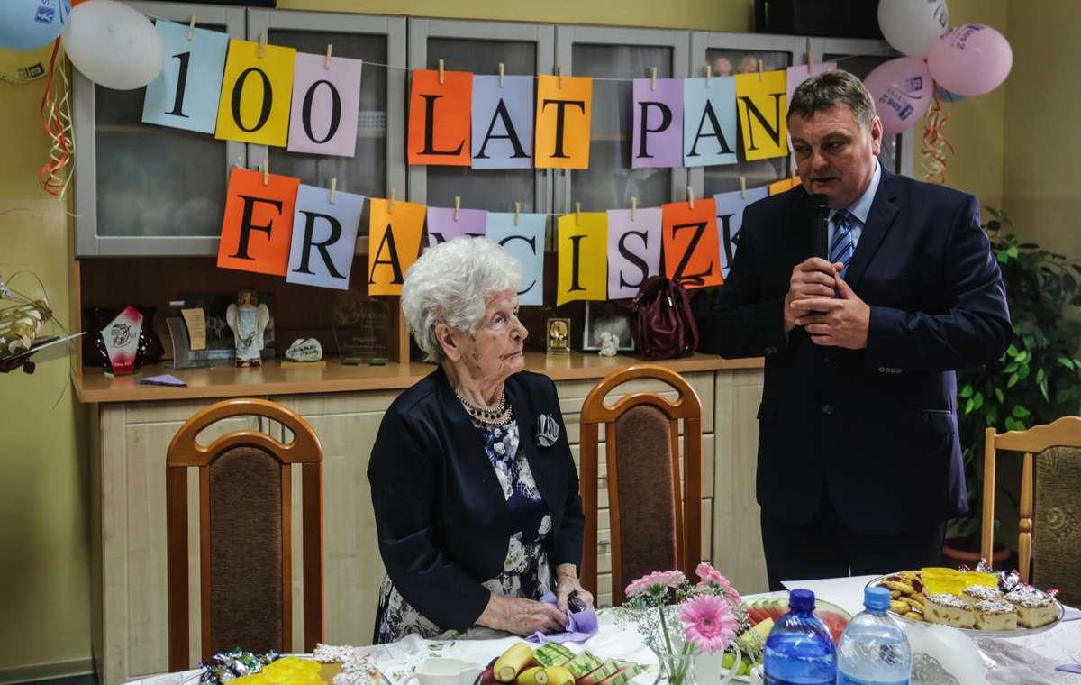 Z okazji 100. urodziny panią Franciszkę odwiedził m.in. prezydent Elbląga Witold Wróblewski - full image
