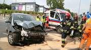 Zderzenie dwóch samochodów na Artyleryjskiej w Olsztynie. Dwie osoby w szpitalu [ZDJĘCIA]
