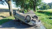 Pod Kumielskiem dachowało auto. Dwie osoby w szpitalu