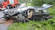 BMW uderzyło w drzewo. Pasażerowie w szpitalu