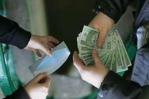 """Oszukiwał """"na funkcjonariusza CBŚP"""". Został zatrzymany, gdy czekał przed bankiem na pieniądze"""
