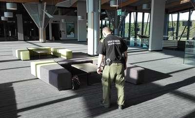 Porzucona torba w śmietniku. Służby ewakuowały lotnisko