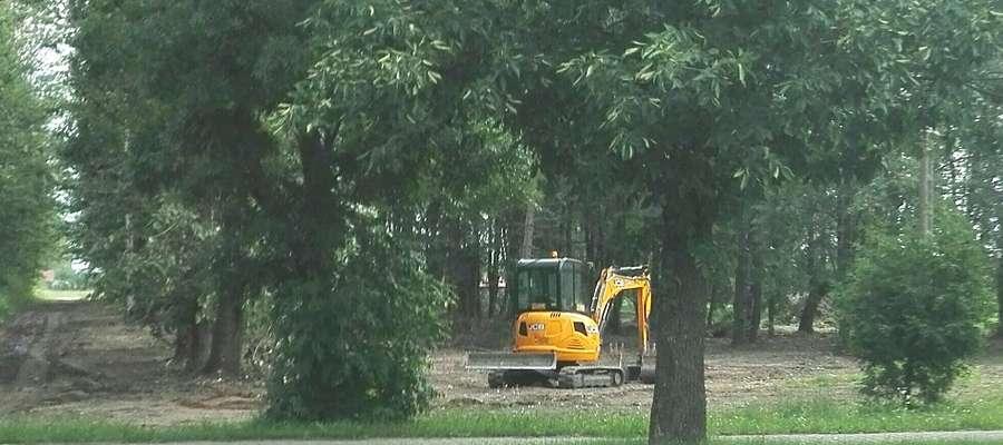 W parku przy ulicy Lidzbarskiej od kilku dni pracuje ciężki sprzęt