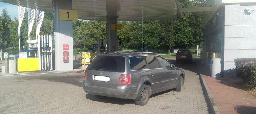 Samochód, którym przyjechał funkcjonariusz BOR stał przy dziwach wejściowych do stacji benzynowej