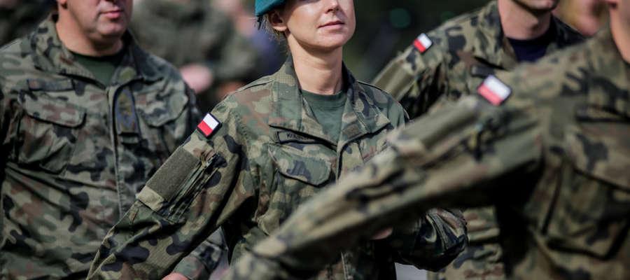 Defilada pododdziałów podczas Święta Wojska Polskiego w Elblągu