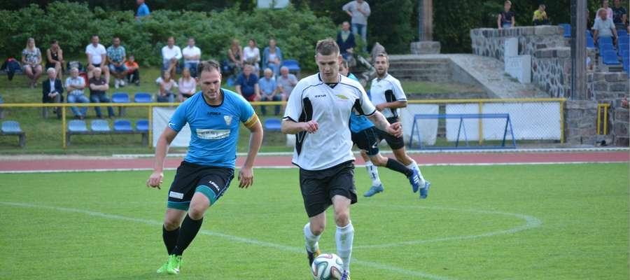 Przy piłce zdobywca trzech bramek w meczu z Mazurem - Arkadiusz Cichocki