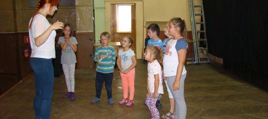 Dzieci podczas zajęć teatralnych na scenie bieżuńskiego domu kultury