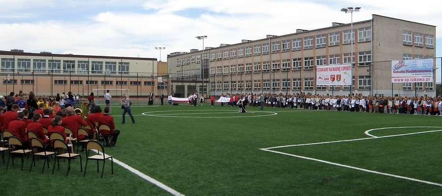 Archiwalne zdjęcie z uroczystości oddania do użytku boiska Orlik w 2012 roku