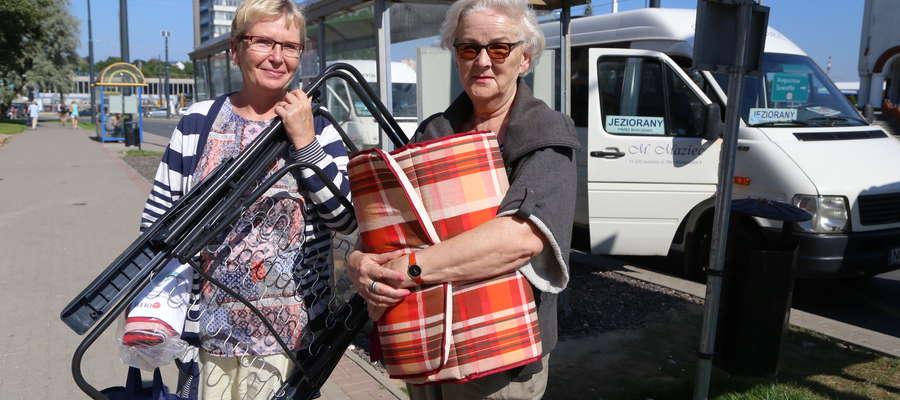 Barbara Mackiewicz i Agata Marczewska chciały wczoraj jechać na działkę, ale kierowca okejki powiedział, że nie zatrzymuje się tam. Zostały na przystanku z krzesełkami, kocami i pakunkami