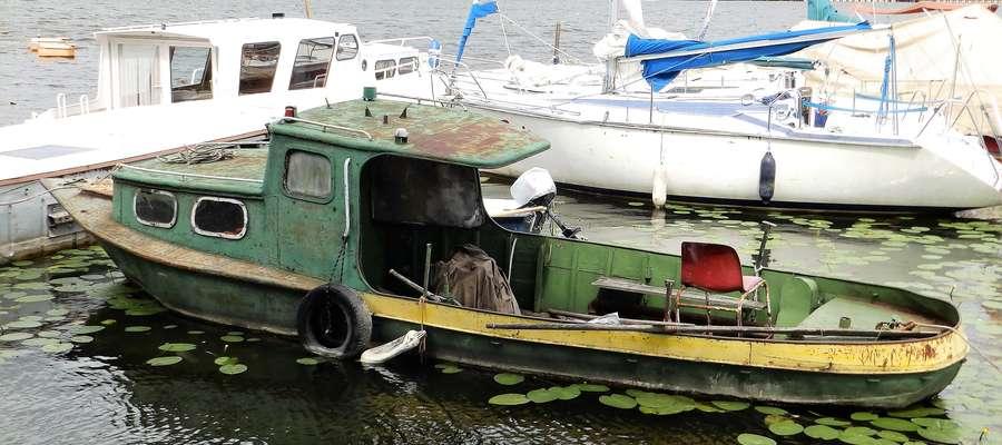 Łódź zacumowała przy jednej z przystani nad Jeziorem Drwęckim