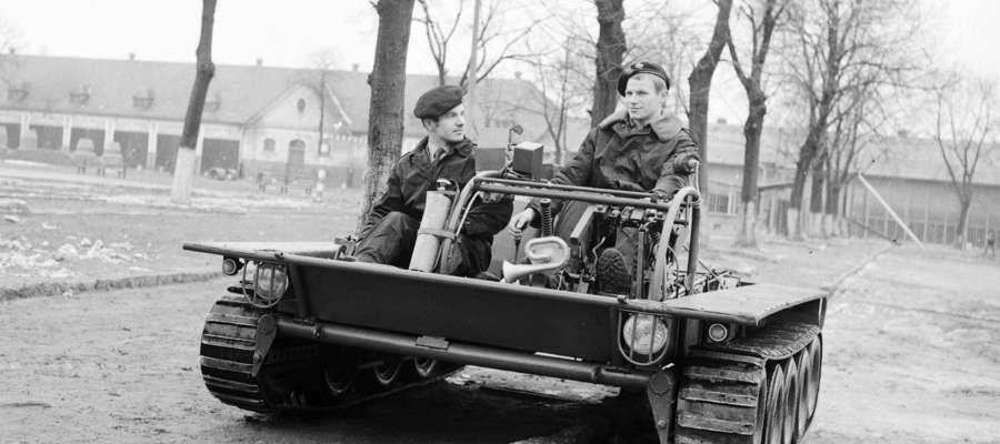 Kursant i instruktor w MPG-69, na środku ramy widoczna tabliczka znamionowa.