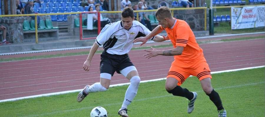 Jakub Kozłowski (z lewej) w walce o piłkę