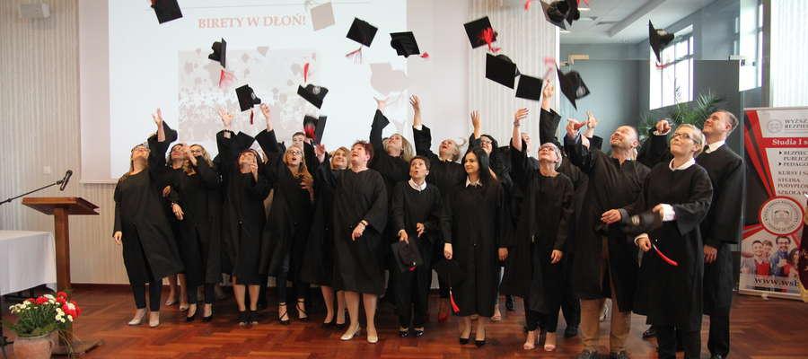 Bartoszycki wydział Wyższej Szkoły Bezpieczeństwa na dobre wpisał się w edukacyjny krajobraz regionu. W tym roku doczekał się pieszych absolwentów.