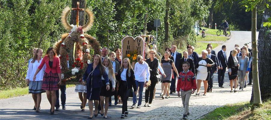 Korowód dożynkowy podczas uroczystości w Gryźlinach
