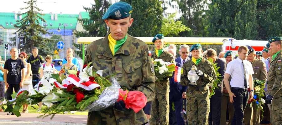 Pod pomnikiem Żołnierzy Armii Krajowej, Polskiego Państwa Podziemnego złożono wieńce i zapalono znicze