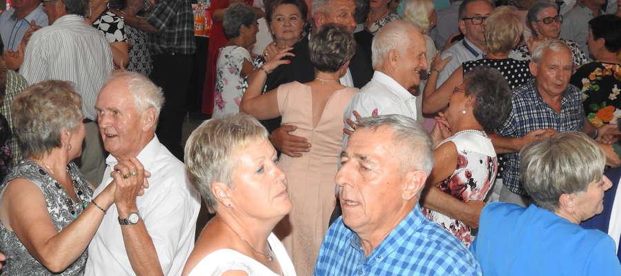 Taneczny parkiet był wypełniony po brzegi